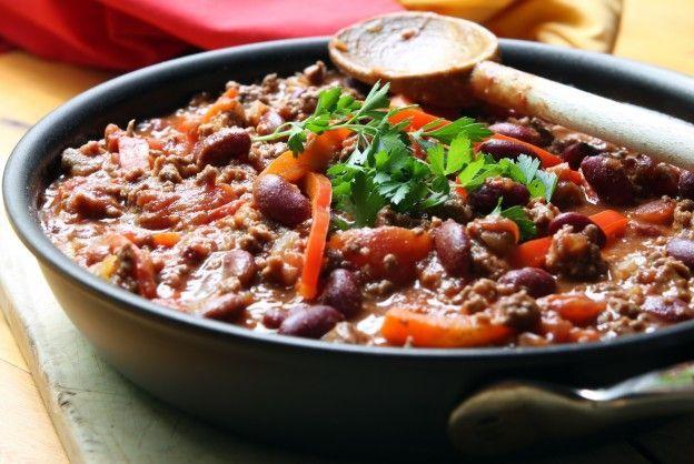 CHILI COM CARNE Refogue 500 g de carne moída numa frigideira grande e funda com azeite. Junte 2 cebolas picadas e 1 dente de alho amassado. Coloque sal, pimenta do reino. Junte 1/2 pimentão em cubos. Acrescente 1 colher (de chá) de cominho, 1/4 de colher (de chá) de pimenta pili pili, 2 colheres (de chá) de concentrado de tomates, tomilho e alecrim, 300 g de tomates picadinhos e misture. Junte 700 g de feijão vermelho. Coloque caldo...