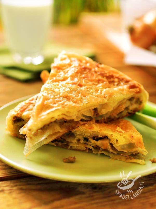 Ecco un piatto per ghiottoni di professione! Saporita e fragrante, la Torta salata con cipolle e salsiccia soddisfa tutti i palati.