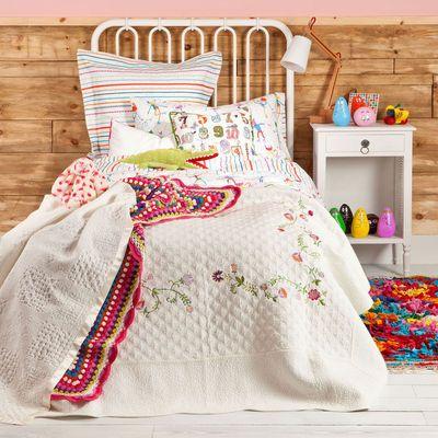 Ambiance rose poudré, parme ou rouge cerise : découvrez 10 idées pour une chambre de petite fille toute en douceur et féminité...