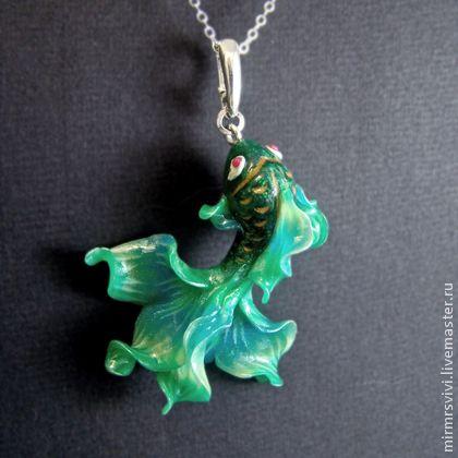 Кулон - рыбка Тетис. Зеленая рыбка Тетис полностью вручную вылеплена из запекаемой полимерной глины.
