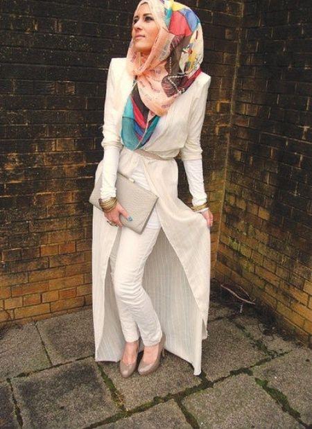 Gaya ini formal tetapi menampilkan sisi fresh dari hijab yang dipakai.