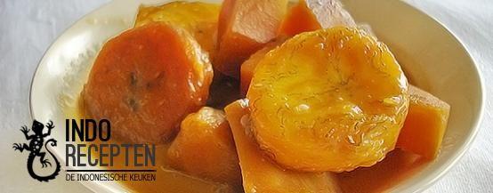 Kolak Pisang Ubi - Bakbanaan en zoete aardappel in een dikke kokossaus - Plantain and sweet potato in a thick coconut sauce