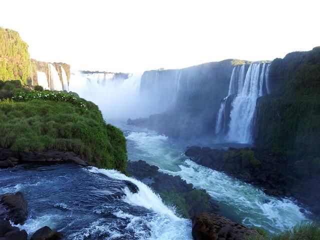 Al fondo, la Garganta del Diablo, Cataratas de Iguazu