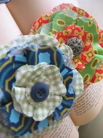 上の画像のように円く切ったパーツを重ねるだけでも可愛いですが、縁を波型にしたり、折り畳んだりすればより花びら感が出て、ふんわりボリュームも作れます。