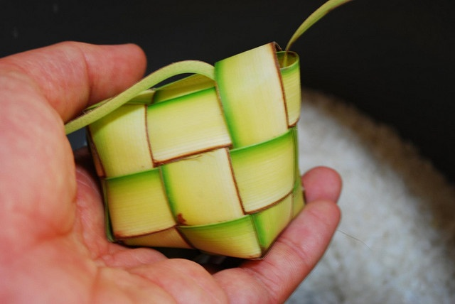 Indonesian food: Ketupat shell, filled with sticky rice  diamond feast ... there is always a feast of Eid al-Fitr if it arrives