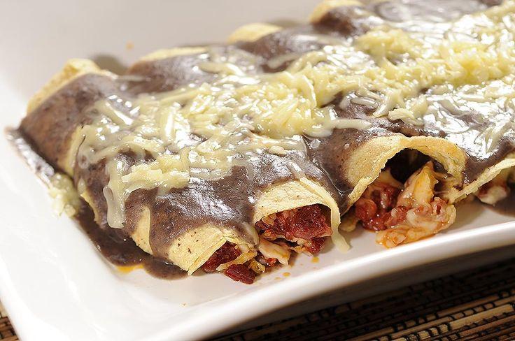 Enfrijoladas rellenas de chorizo con queso [Receta]   ActitudFEM
