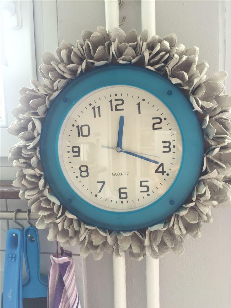 Как просто украсить старые часы? Да вот хотя бы коробками от яиц ;)