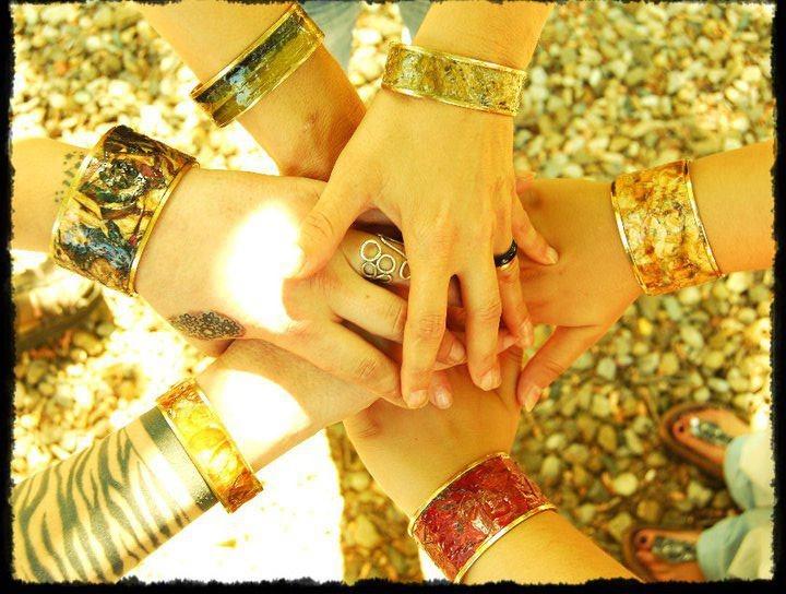 ALTREMANI. L'idea di coinvolgere mani che provengono da contesti e realtà molto diverse tra loro. Mani che hanno toccato posti lontani, persone, animali, marciapiedi, lenzuola… Lavorare con le mani per creare progetti innovativi per se stessi e per gli altri. Per crescere insieme e per emergere in una nuova realtà.  (Claudia Giolli)