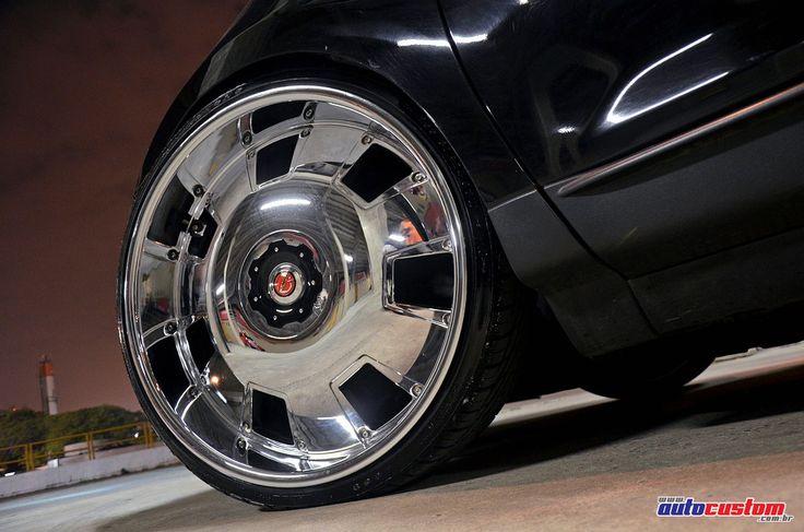 Ford Edge 2009 SEL, um modelo de SUV que vem completo de fábrica, com grande espaço interno e luxo, puxado por um motor 3.5 V6. Este exemplar está há poucos meses com o Marcelinho, da cidade de Guarulhos SP, mas assim que foi adquirido ele encostou para mexer na suspensão, trocar as rodas e instalar o novo som. As rodas cromadas são importadas, de aro 24 com tala 9,5, rodando com pneus 225/30. A suspensão fixa foi rebaixada e preparada para rodar dessa altura. Os faróis e milhas recebera...