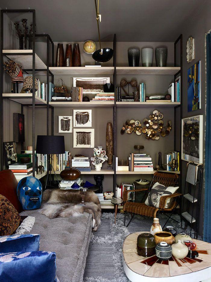Redan som fyraåring hade Hubert Zandberg en första samling kuriositeter. I vuxen ålder finns hans passion för att samla på sig och visa upp kuriositeter och objekt i allra högsta grad fortfarande kvar. Passionen uttrycks tydligt genom bibliotekets väggskulptur av Curtis Jeré, det franska soffbordet från 1970-talet och en skulptur av Barrão, intill soffan och mattan från det egna designföretaget Hubert Zandberg Interiors.