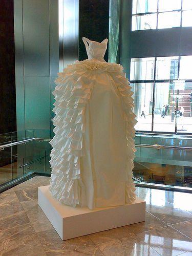 L'artiste britannique Susan Stockwell a crée des robes en papier à partir de cartes géographiques et de billets de banque...