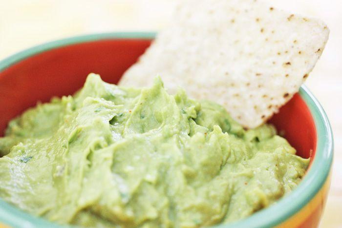 Een lekker en verantwoord recept voor zelfgemaakte tortilla chips met guacamole dip!