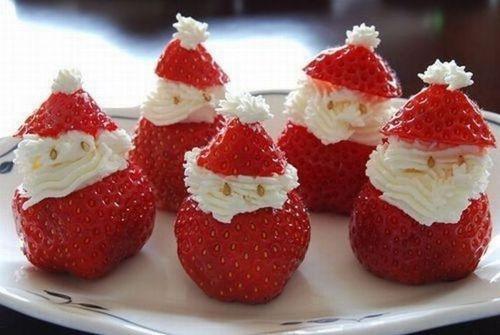 Nagerecht voor kinderen bij het kerstdiner: kerstman-aardbeien