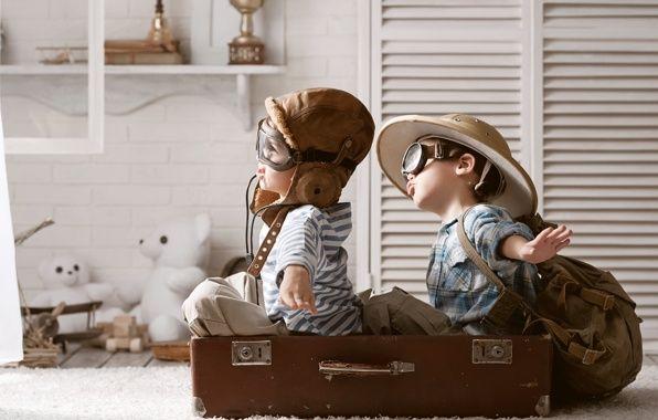 Обои картинки фото чемодан, мальчики, игра, лётчики