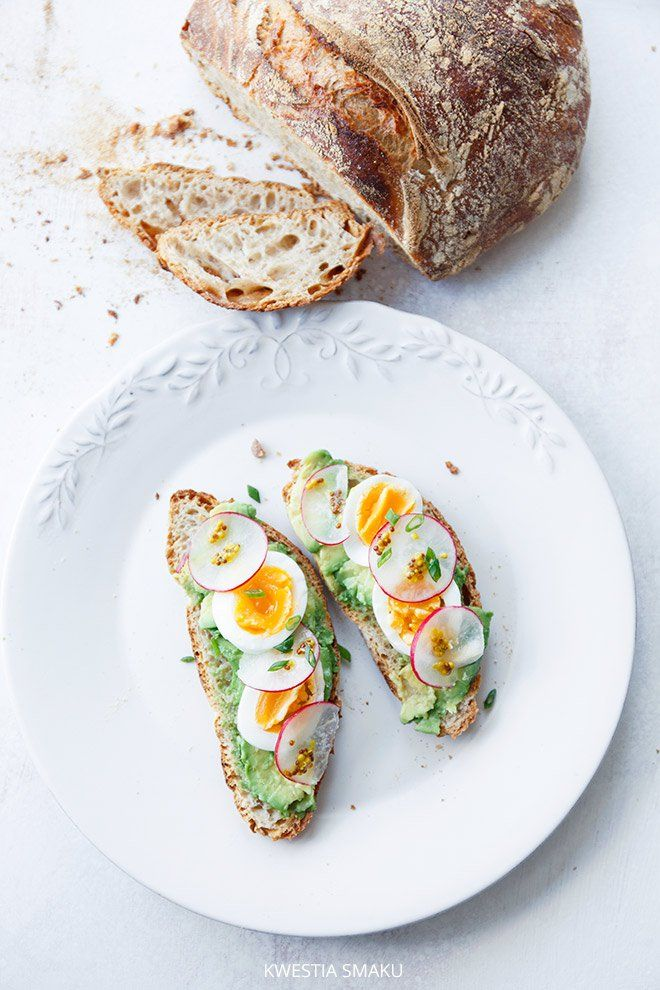 SANDWICH WITH AVOCADO, EGG AND RADISH
