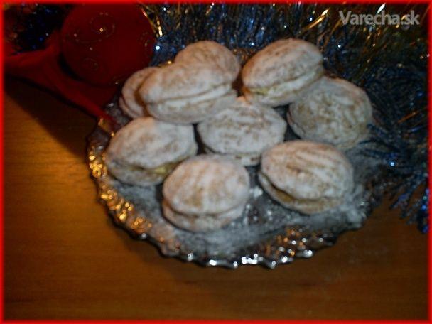 Tieto oriešky pečiem vždy na vianočné sviatky. Veľmi ich máme radi . Vianoce si už nevieme  ani bez nich predstaviť.