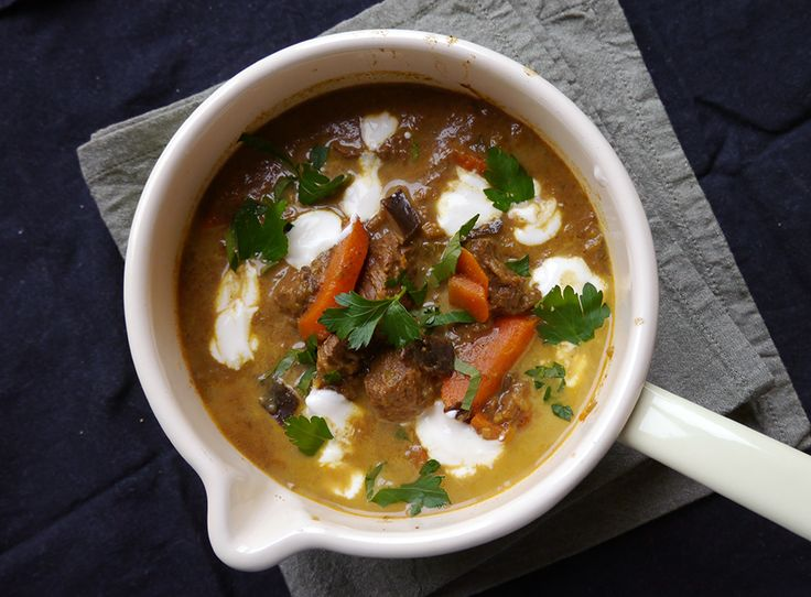 En riktigt mustig gryta som får bra med sting i smaken av den indiska kryddblandningen garam masala. Kryddblandningen varierar men består ofta av bl a av kanel, kryddnejlika, koriander och chili. Som med de flesta grytor blir den ännu godare om den lagas en dag i förväg. 4-6 personer Ingredienser 600 g grytbitar av lamm …