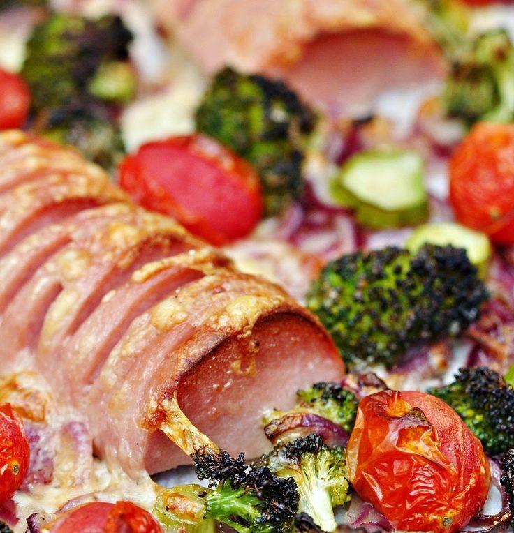 Två små kök: Snittad falukorv i ugn med rostad broccoli, lök, tomater och krämig pasta