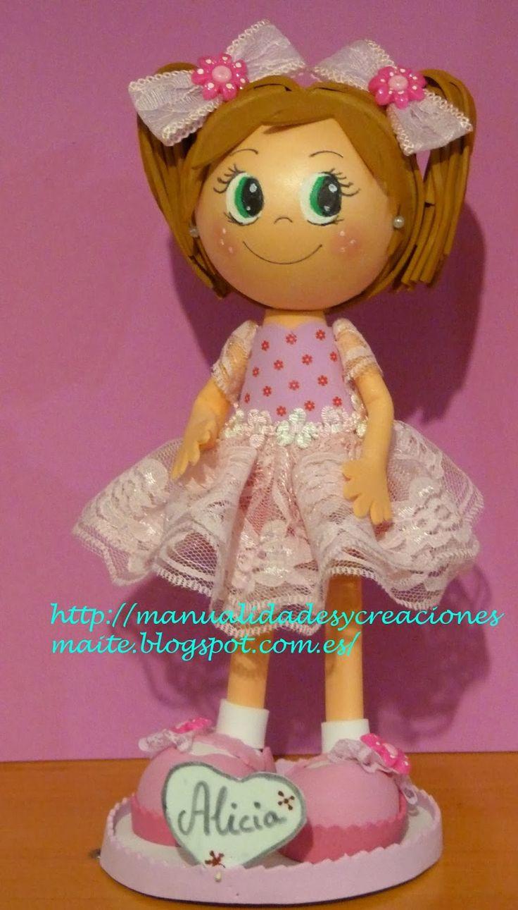 Fofucha niña personalizada, con vestido rosa de volantes, Con unos bonitos zapatos adornados, y una coletas muy graciosas, y su grandes laz...
