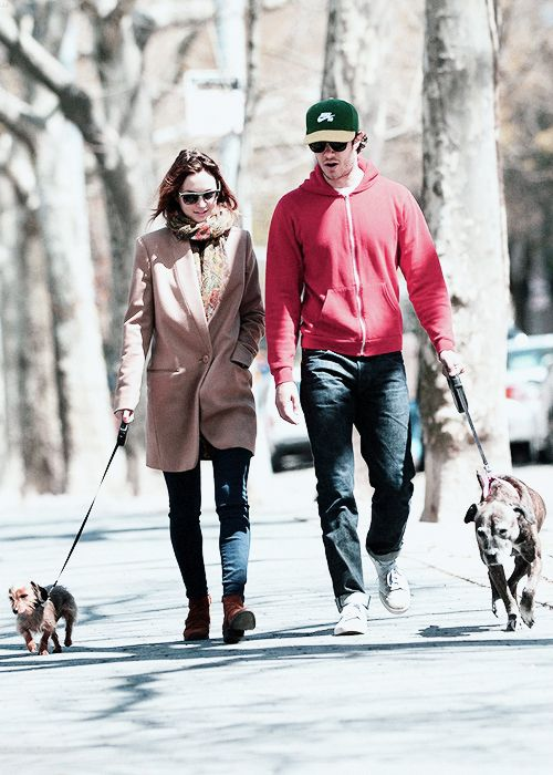 Leighton Meester and Adam Brody walking their dogs in central park <3
