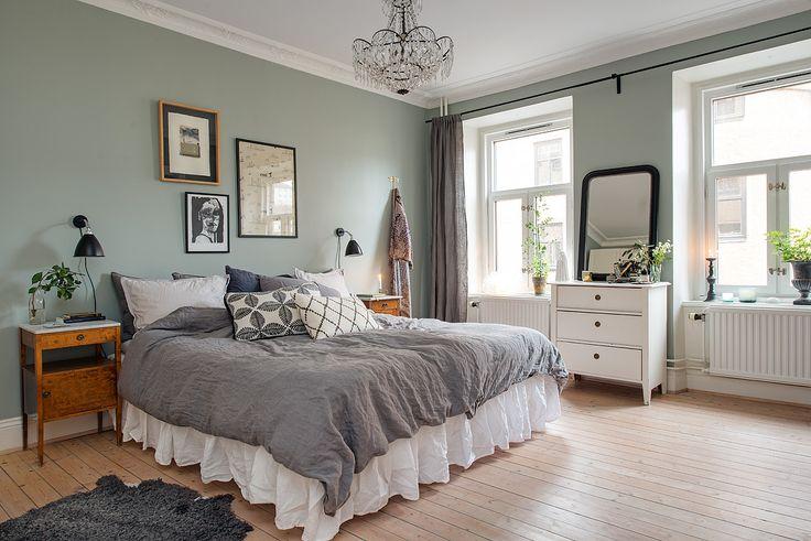 Stort & vackert sovrum med stuckatur & rymd  Tant Johanna | Alvhem mäkleri