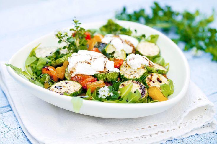 Горячий салат с брынзой и печеными овощами  Вам понадобится: хрустящий салат (айсберг, кресс или китайский), картофель, кабачок, морковь, сладкий перец, брынза, соль, паприка, оливковое масло, лимон.  Овощи почистить и нарезать кружочками. Выложить на противень, посолить, полить маслом, посыпать паприкой. Запекать при температуре 220. Пока овощи запекаются, листья салата выложить на тарелку,сыр размять вилкой. Горячие овощи выложить на зелень,сбрызнуть маслом и соком лимона,посыпать брынзой