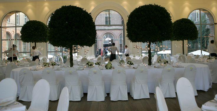 Dit huwelijksfeest vond plaats in een half afgewerkte locatie te  Sint-Laureins. De bomen die in de tafels verwerkt werden maakten dit feest  onvergetelijk.