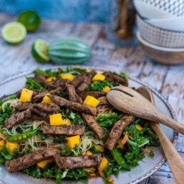Glasnudelsallad med grönkål, mango och stekt Oumph - Recept - Tasteline.com