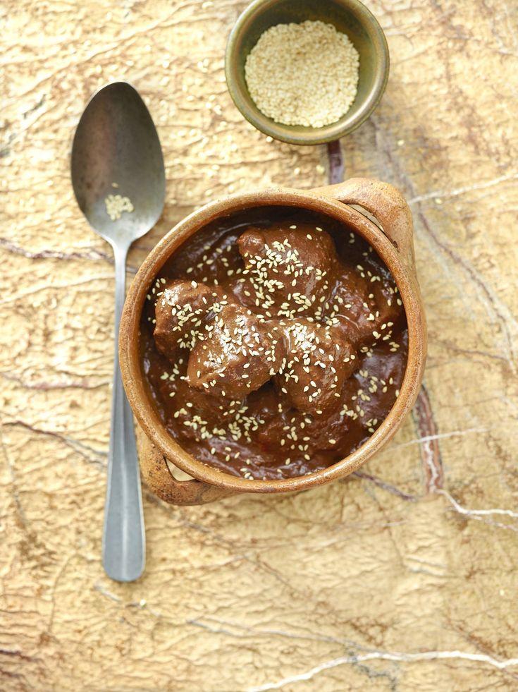 Il mole poblano è uno dei piatti simbolo della cucina messicana. Il cacao ne è protagonista, insieme al tacchino o al pollo, a seconda delle versioni e al peperoncino. Il mole è la salsa cremosa a base di cacao che conferisce il sapore inconfondibile all'intera pietanza.Per prepararla occorrono: tacchino a pezzi, cioccolato messicano o, in …