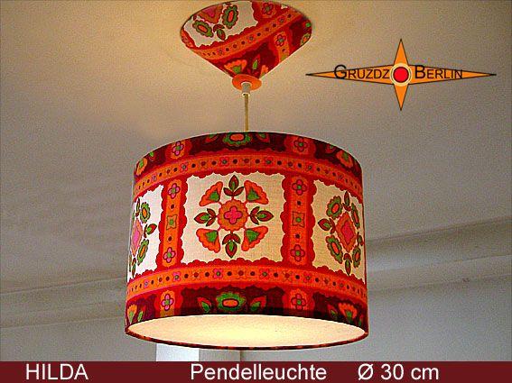 Leuchte HILDA Ø 30 cm, Pendellampe mit Diffusor und Baldachin. Das ist typisches Retrodesign der 70er Jahre - wunderbar!  HILDA  ist aus originalem Retrostoff, rot-weißes Karo mit Prilblumen. Einfach schön und optimistisch.