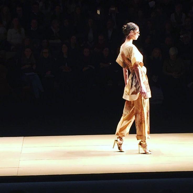 L'oriente sfila in passerella grazie a @laurabiagiottiofficial #Laurabiagiotti #fw16 #mfw #fashionweek #katwalk #runway #moda #milanomodadonna