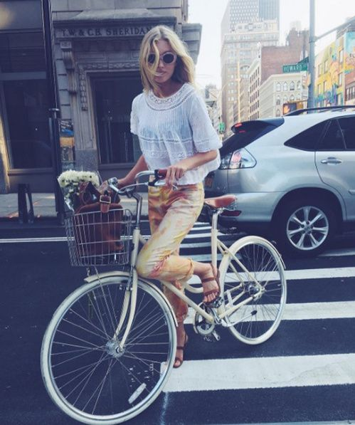 L'instagram du top Elsa Hosk : le mannequin à bicyclette dans les rues