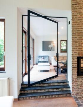 Pivoterende glazen deur met zwart aluminium frame en helder glas