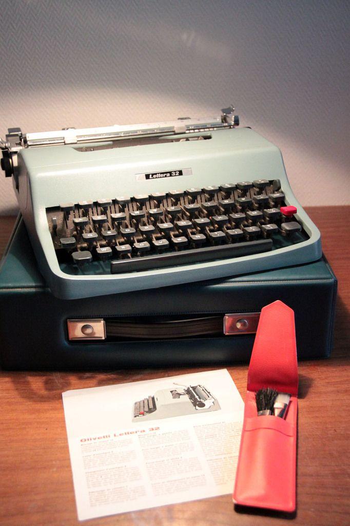 Machine à écrire vintage Lettera 32 par Olivetti... http://www.ibidum.com/2016/02/machine-a-ecrire-vintage-lettera-32-par-olivetti.html