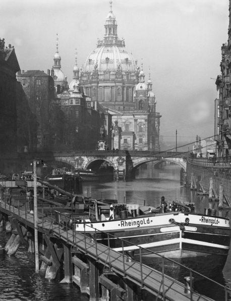 1939 Berlin - Schiffe vor der Schleuse Mühlendamm, Hintergrund Berliner Dom.