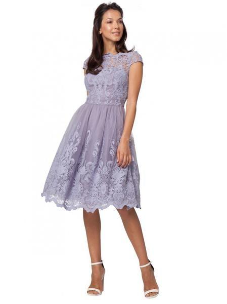 Vestido con encaje color lila pastel
