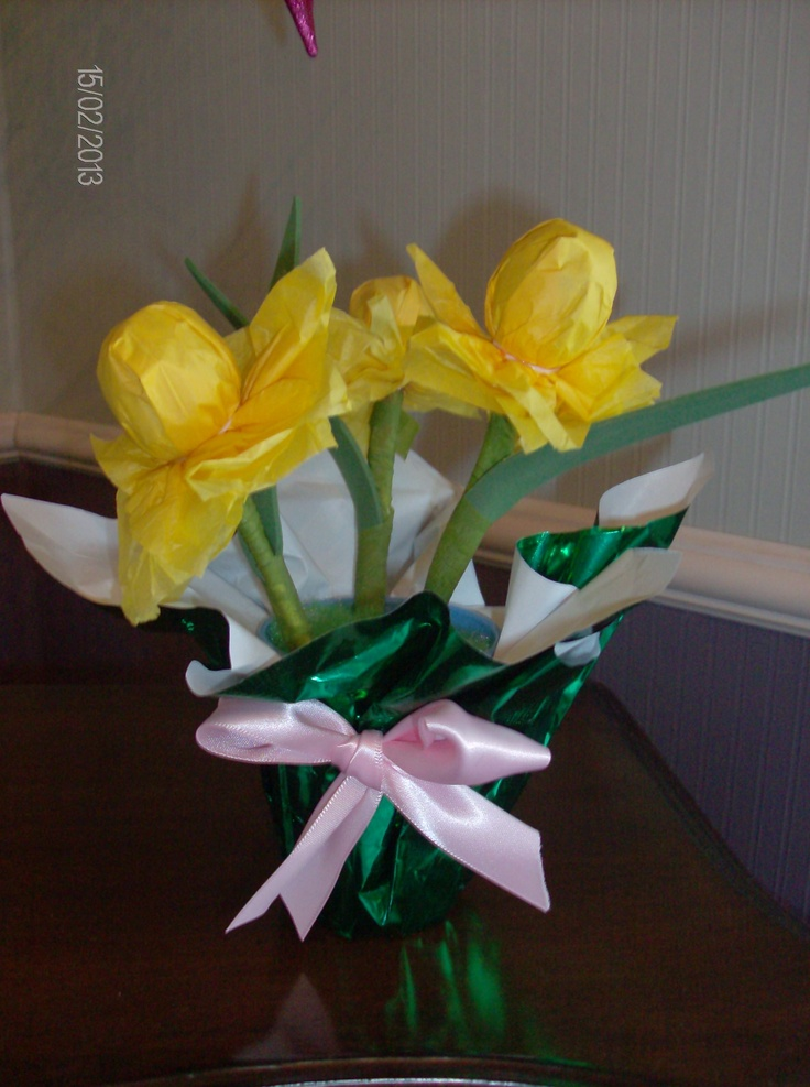 Spring daffodils made from Tootsie Pops, tissue paper and fun foam.  Easy craft for seniors and scouts.
