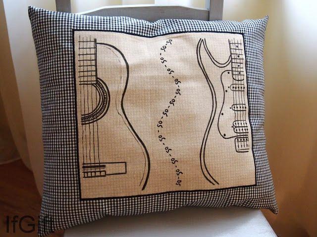 Poduszka z ręcznie rysowanymi gitarami. Na prezent urodzinowy dla Pana. http://ifgift.blogspot.com/