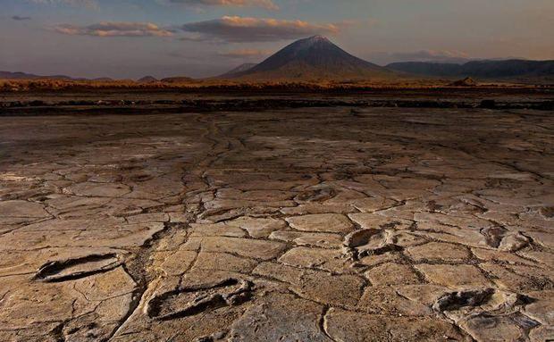 Um grupo de mais de dez adultos e adolescentes deixou pegadas em cinzas vulcânicas no período Plistoceno, indicando que seres humanos modernos já se deslocavam pelo leste da África em tempos remotos. Os rastros estão preservados em Engare Sero, na Tanzânia, à sombra de um vulcão ativo