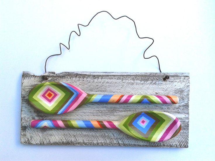 Quadro de madeira com duas colheres de pau pintadas à mão com tinta PVA à base d'água e com acabamento em verniz também a base d'água.  Motivo: MESTRE CUCA  Dimensões: 32cm x 20cm x 2,5cm