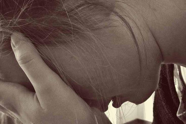 Berhenti berharap merupakan cerpen atau cerita cinta tentang seorang gadis yang ragu memutuskan menerima pinangan lelaki baru dikenal hingga akhirnya