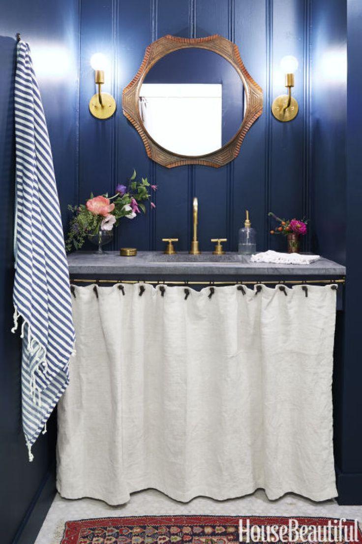 banheiro-sem-luz-natural-azul-bancada-de-pedra-sabao-acessorios-de-cobre