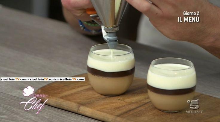 """La ricetta della panna cotta al caffè con biscottini al cacao proposta da Sonia Peronaci in """"Una sorpresa da chef"""", il nuovo programma di Canale 5."""