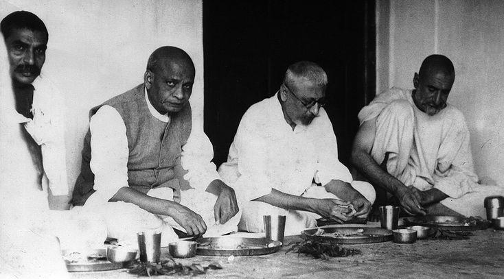 Rajendra Prasad,Sardar Patel,Maulana Azad and Khan Abdul Ghaffar Khan eating together