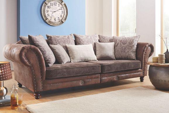 Mega kanapé: barna textílbőr korpusszal és barna szövet ülésrésszel, 6 hátpárnával és 2 díszpárnával, sötétbarna fa lábakkal, Szé/Ma/Mé: kb. 270/85/109cm