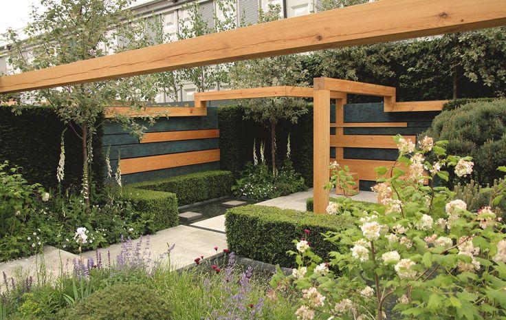 Tuin met houten pergola structuren.