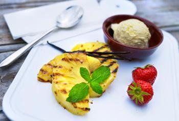 Gegrilde ananas met vanille-ijs en rode vruchten