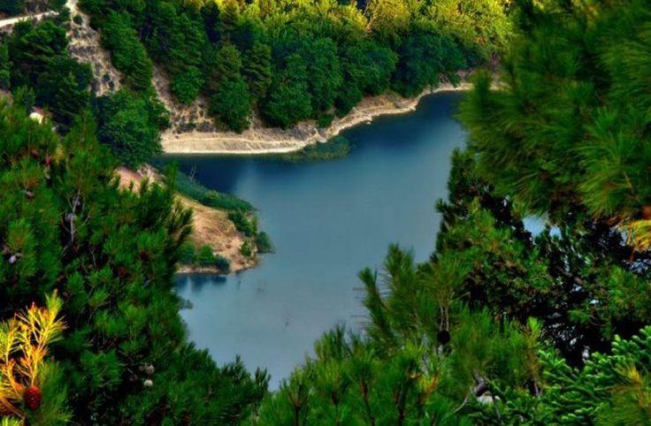 Λίμνη Τσιβλού: Το υπέροχο θαύμα της φύσης που δημιουργήθηκε από την καταστροφή δυο χωριών.