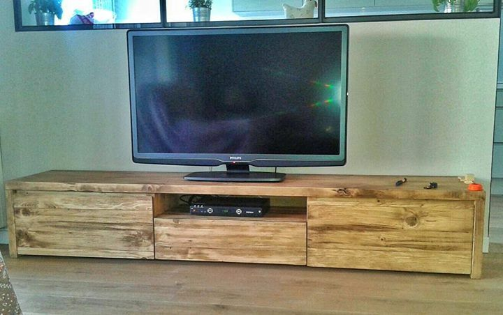 Mueble rústico de televisor hecha con madera reciclada