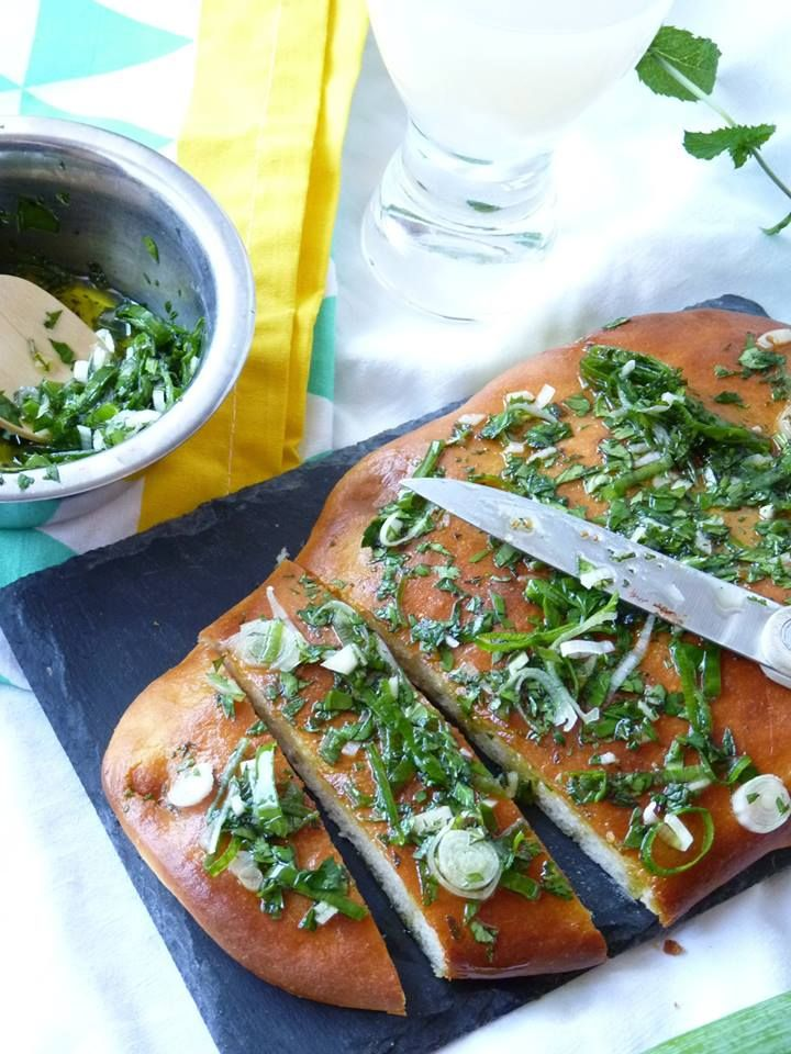 Pain plat au parmesan & au pesto d'herbes ~ Encore une lichette http://encorunelichette.canalblog.com/archives/2014/07/01/30174613.html